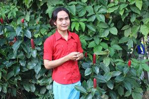Kay Paw er fra Myanmar. Han skal undervise børnene i deres modersmål, dans, håndarbejde, madlavning og thai.