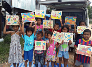 Når børnene i slummet får besøg af MTU, er der plads til leg.
