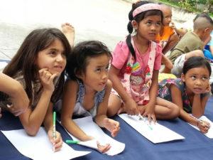 Børnenes familier har ikke mulighed for at sende dem i skole, så skolen kommer til dem.